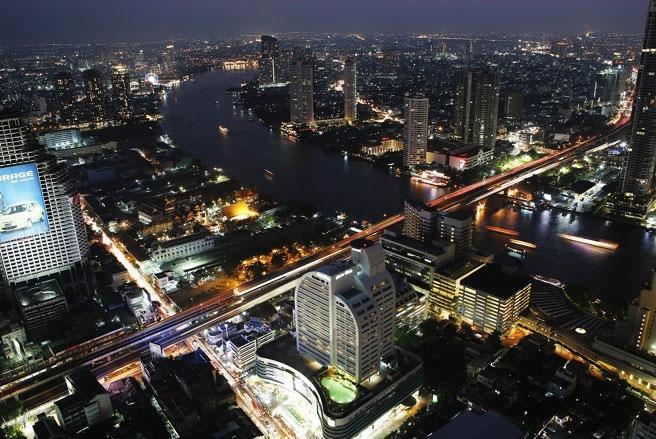 Đến Bangkok, du khách có thể cảm thấy chóng mặt vì có vô số cao ốc, trung tâm thương mại khổng lồ và người xe tấp nập trên các đường phố - Ảnh: SAI.