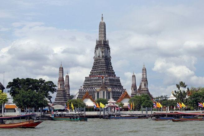 Chùa Bình Minh nằm bên sông Chao Phraya, một điểm du lịch hấp dẫn ở Bangkok - Ảnh: SAI.