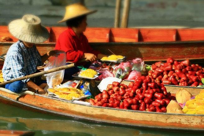 Các chợ nổi trên sông luôn là nét văn hóa đặc biệt, thu hút khách nước ngoài - Ảnh: SAI.