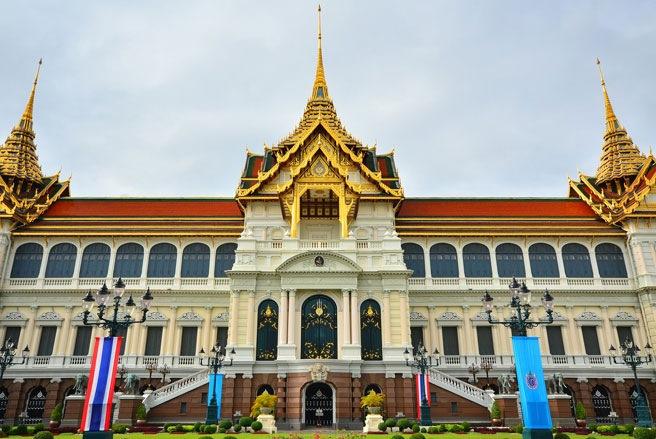 Hầu hết khách du lịch lần đầu tới Bangkok đều tới thăm nơi này trước tiên: Hoàng cung. Đây là nơi ở của hoàng gia Thái Lan, được xây dựng
