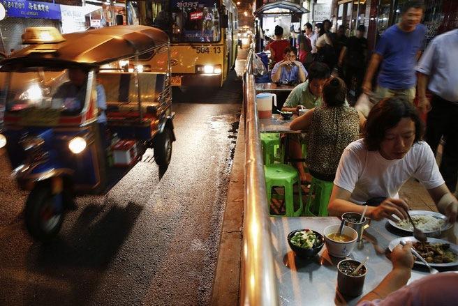 Ẩm thực đường phố là một phần không thể thiếu ở thủ đô Bangkok - Ảnh: SAI.