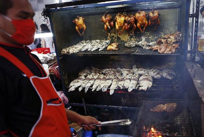 Khách du lịch có thể mua được mọi thứ trên các sạp hàng ăn di động, từ thịt nướng cho tới mì cay - Ảnh: SAI.
