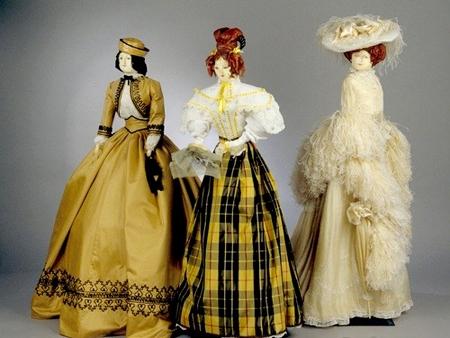 Cho đến tận thế kỷ 19, nghề người mẫu vẫn chưa xuất hiện, điều này đồng nghĩa với việc không có bât cứ một cô người mẫu nào. Chính vì vậy mà các nhà thiết kế phải sử dụng những con búp bê nhỏ để thể hiện sự sáng tạo của mình trước khách hàng. Đây là một ý tưởng tuyệt vời bởi nhờ đó mà các nhà thiết kế đã không phải chi nhiều tiền cho các show diễn thời trang, thứ mà họ cần chỉ là một miếng vải nhỏ mà thôi
